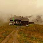 Nach einem erneuten Aufstieg erreicht man nach cirka 90 Minuten die Biberacher Hütte.