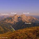 ...ein Tiefblick in die Eisenerzer Ramsau und die Bergwelt dahinter....
