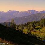 ...vom Leobner Törl ein Blick auf die Aigelsbrunner Alm, Gr. Schober und dahinter das Geierhaupt, höchste Erhebung in den Seckauer Alpen.....