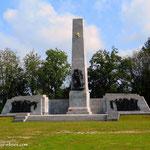 ....auf der Wiese vor dem Lager stehen viele Denkmäler für die einzelnen Nationen (Menschen aus 40 Nationen wurden hier ermordet)....