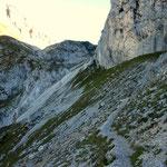 Weg entlang der Felswand