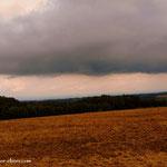 ....Regenwolken zeichnen sich ab, kurz nach der Raststation Haag hat mich der Regen erwischt....