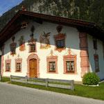 """ein """"Lüftl"""" bemaltes Bauernhaus in Leutasch Gasse"""