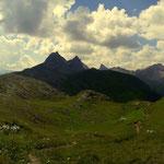 ein schöner Blick zur Weißschrofenspitze (2752 m) und zur Fallersteißspitze (2634 m)