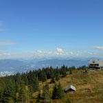 am Gipfel, schöner Blick zur Ottokar Kernstockhütte, im Hintergrund das Hochschwabmassiv