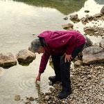 Luise checkt die Wassertemperatur