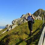 ....oben angelangt auf 2202 m, eine kurze Pause bevor es wieder steil bergab geht.