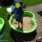 """....da hat der Kleine aber so richtig Spaß, """"Gatsch-hupfen"""" in der Sandkiste....."""