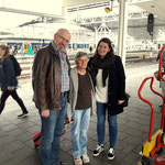 ...nun geht es mit der Bahn zum Flughafen, Carmen beginnt ihre Arbeit in London und Daniel fliegt wieder nach Jordanien. So ist das Leben