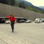 der Bahnhof in St. Anton am Arlberg, die Fahrkarte gekauft und ab unter die Dusche. Das Leben ist schön.