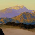 Ein Blick zurück zur Freiburger Hütte, über dem See liegt noch immer Nebel.