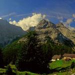nach der Pause geht es weiter, vorbei an der Feldernalm (1518 m), im Hintergrund die Mieminger Kette