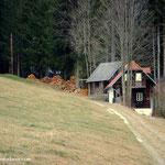 """es geht vorbei beim """"Wiesenbauer"""" und diesem """"alten Häuschen"""", hinein in den Wald...."""