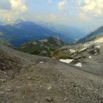 vom Valfagehrjoch blickt man über Schipisten hinunter zur Ulmer Hütte