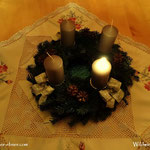 Adventkranz ist geweiht, die erste Kerze ist entzündet. Allen eine schöne und gesunde Adventzeit.