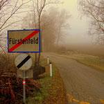 nun geht es hinaus aus Fürstenfeld, alles im Nebel