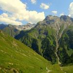 ......im Aufstieg ein Blick zurück, zur Memminger Hütte......