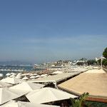 ...Strand und Restaurant an der berühmten Croisette in Cannes