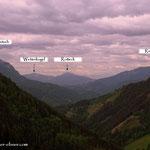 ...ein Blick über das Breitenauertal hinweg, zeigt einen bewölkten Himmel und einige Gipfel...