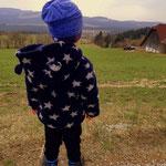 02.04.2021 - Mit voller Aufmerksamkeit beobachtet Luis die Arbeit am Bauernhof.