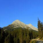es geht immer weiter bergauf, im Blick der Ostgipfel der Heiterwand (2471 m)