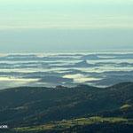 .....Blick ins Vulkanland, gut zu erkennen die Riegersburg....
