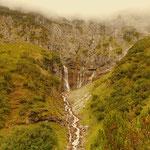 ....hinunter, zur unteren Alpschellenalm, hier kann ein schöner Wasserfall beobachtet werden, welcher wiederum...