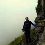 Mein Weg führt über den Felsensteig hinauf zur Freiburger Hütte, welche bei Nebel nur schwer auszumachen war.