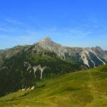 ein markanter Berggipfel, die Namloser Wetterspitze (2553 m)