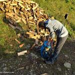 ....oberhalb vom Grübl, liegt Holz für die Hütte, wir haben einige Scheiter mitgenommen.....