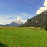 ein Blick von Ahrn in Richtung Leutasch und der Hohen Munde (2592 m)