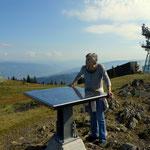 Luise betrachtet am Panoramatisch die Gipfel, welche heute super zu erkennen waren