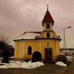 Das Auto beim Feuerwehrhaus in Poppendorf abgestellt und los geht es, vorbei an der Kirche...