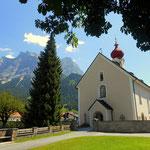 die Kirche und dahinter die Zugspitze, der höchste Berg von Deutschland (2962 m)