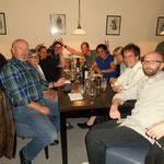 ...Essen mit ihren Freunden und Kollegen