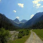 hinein geht es ins Angerletal, wo ganz hinten im Tal die Hanauer Hütte thront