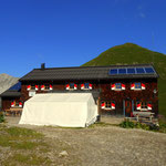 ....und man erblickt die  Memminger Hütte (2242 m), mein Weg geht aber noch weiter