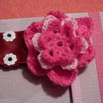 Y para tapar el cierre una flor, tejida a ganchillo, con restos de lana