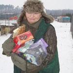 Wanda freut sich über die Leckerein aus Deutschland