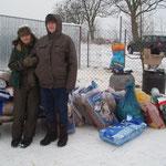 Kathrin und Wanda vor den mitgebrachten Spenden