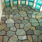 Dusche mit Natursteinboden