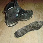 Essayage de orthèse de sport dans la chaussure de randonnée du patient