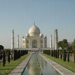 Das berühmteste Kulturdenkmal Indiens und eines der bekanntesten Gebäude der Welt: Der Taj Mahal in Agra. Mehr Bilder in den Galerien Indien I - IV