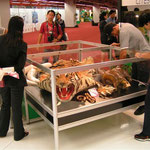 Präsentation von Konfiskaten der thailändischen CITES Vollzugsbehörde (CITES Vertragsstaatenkonferenz, Bankok 2004). (Sehen Sie dazu auch die Seite Artenschutz)