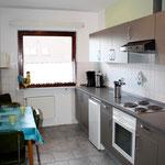 Einbauküche mit Kühlschrank und Herd