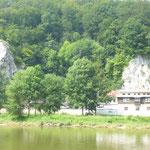 Einsiedelei am Flussufer