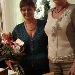 Dank an Evelin Hensel (links) durch Liane Reinwald (rechts)