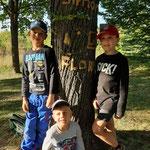 Kinder mit Baumfreund