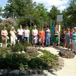 Gäste am neu gestalteten Kneipp - Kräuterbeet