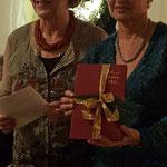 Dank an Evelin Hensel (rechts) durch Vera Hanysz (links), Ehrenvorsitzende